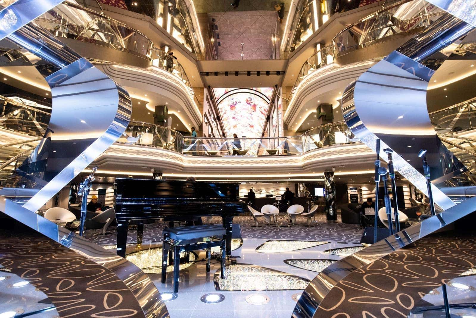Plaza und Lobby mit Champagnerbar MSC Grandiosa