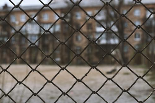 Gefängnis Fußballplatz Zaun Häuser