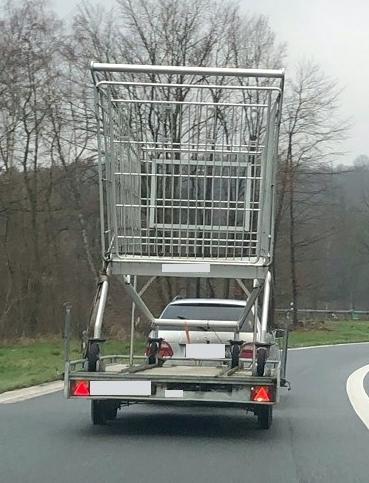 Überdimensionierter Einkaufswagen auf Anhänger