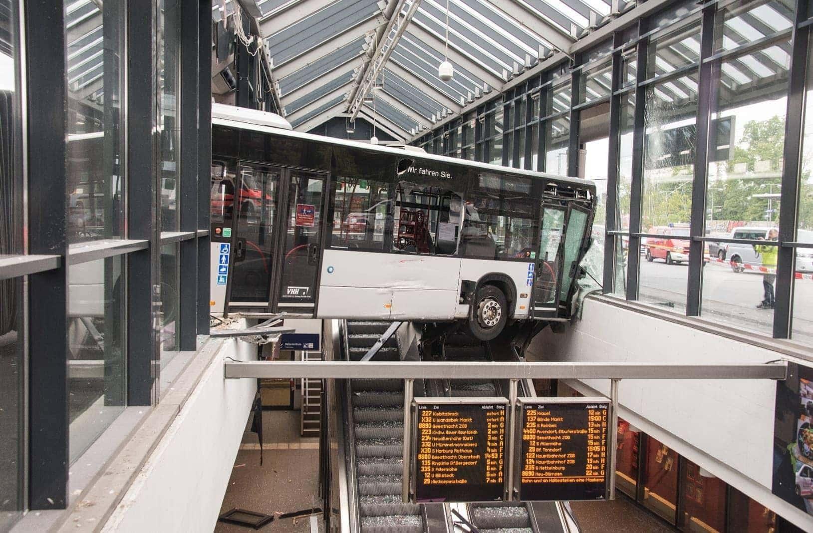 Gelenkbus kracht in Bahnhofsgebäude