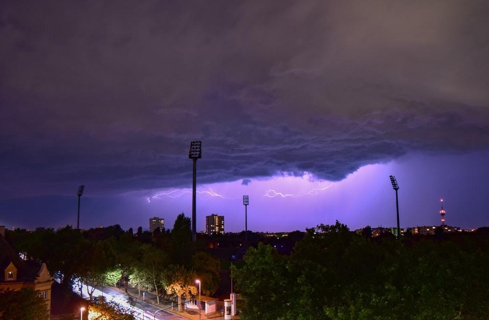 Blitz schlägt auf Fußballplatz ein – 14 Jugendliche verletzt
