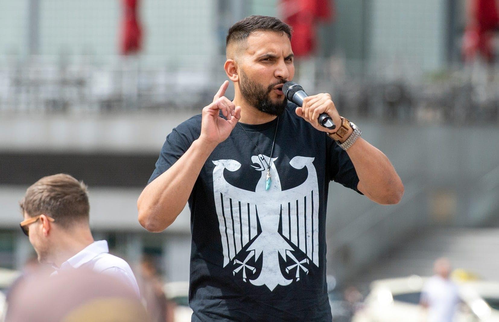 """Haftbefehl nicht vollstreckt: Attila Hildmann schickt Staatsanwaltschaft """"sonnige Grüße aus der Türkei"""""""