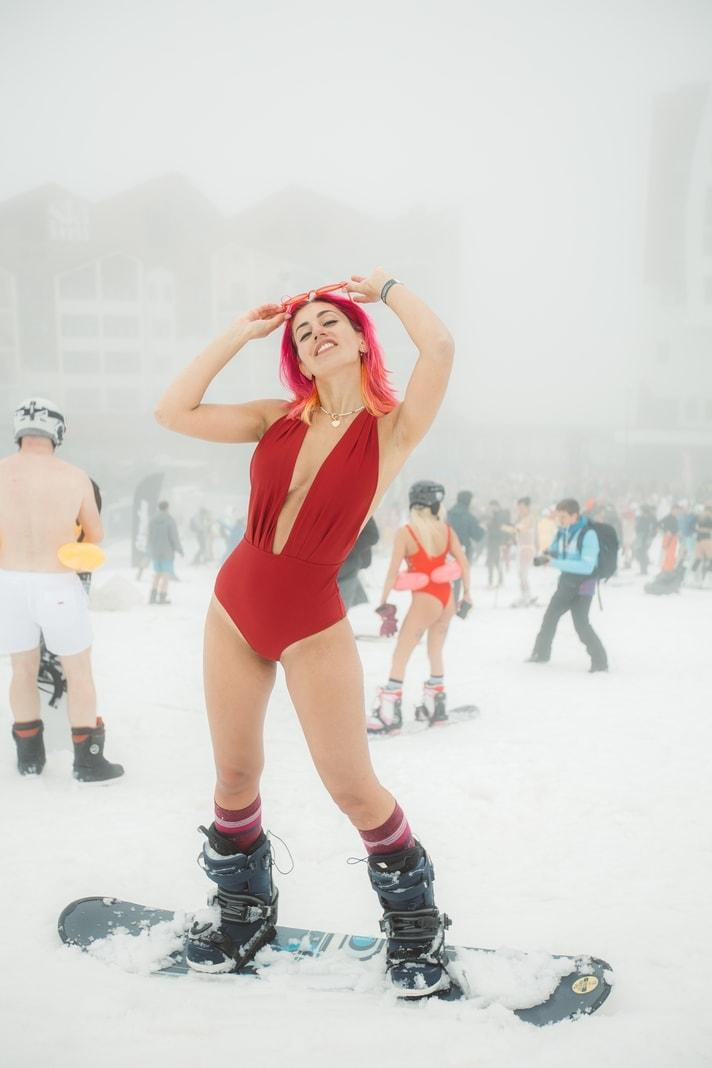 Russen feiern Ski-Karneval in Badekleidung hochkant