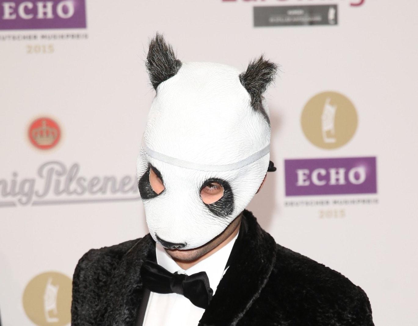 Cro-packt-aus-Unter-seiner-Maske-steckte-schon-mal-ein-Double