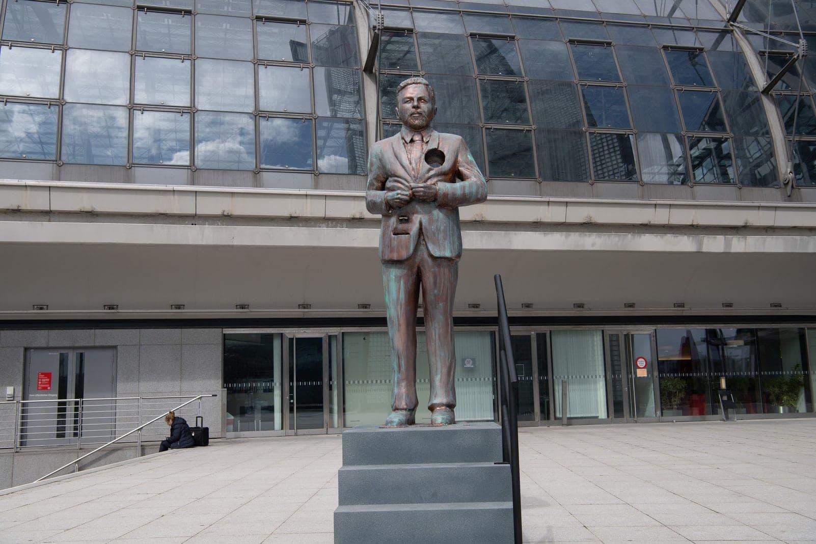 Joko setzt Klaas ein Denkmal am Berliner Hauptbahnhof