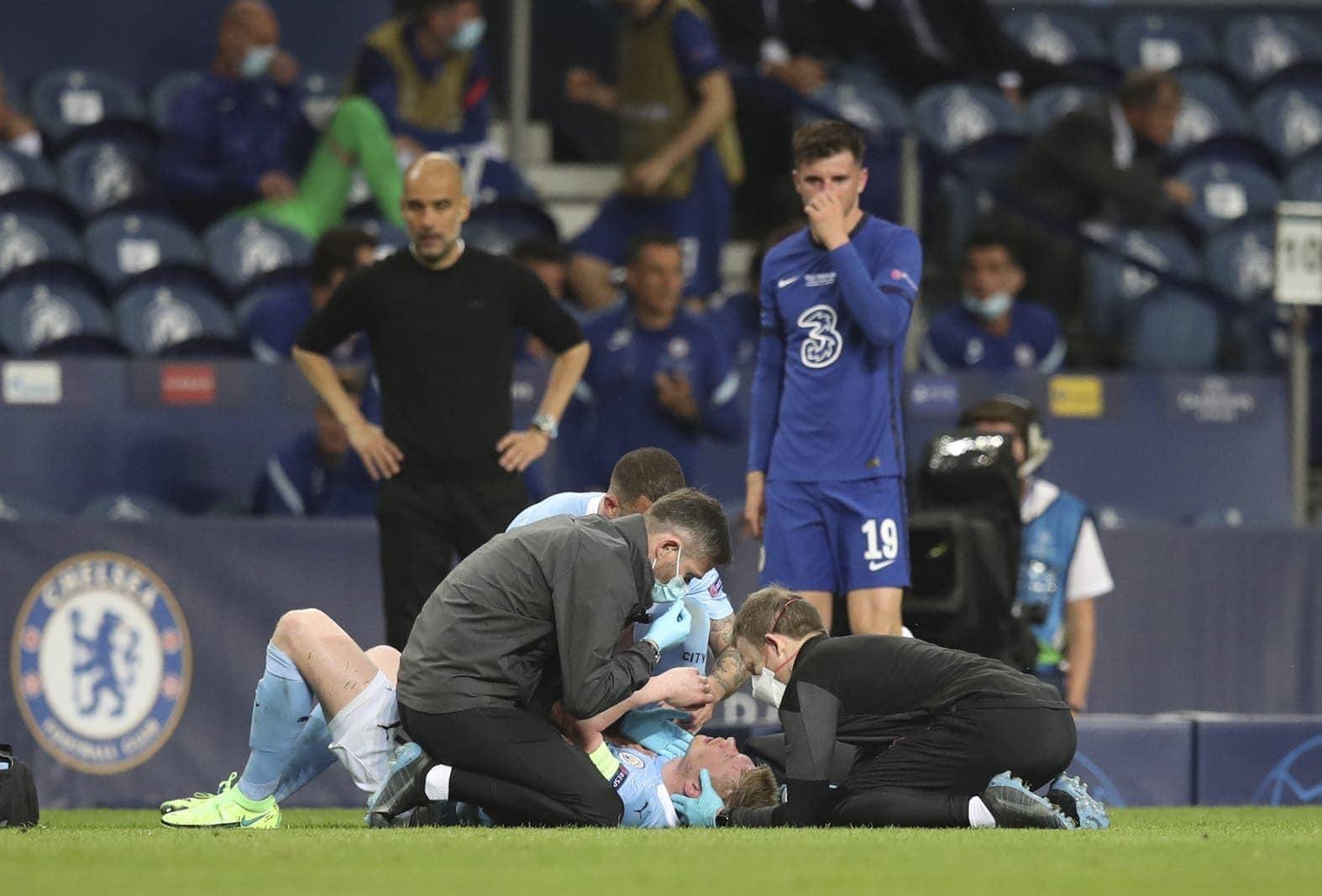Manchester City - FC Chelsea De Bruyne am Boden