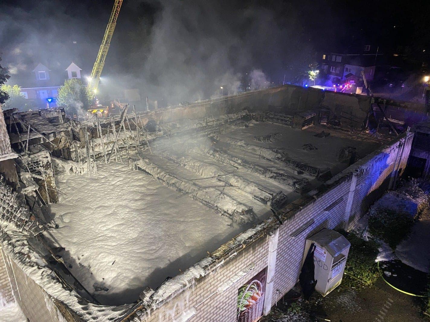 Schaumteppich auf dem Brandgut Ratingen Feuer