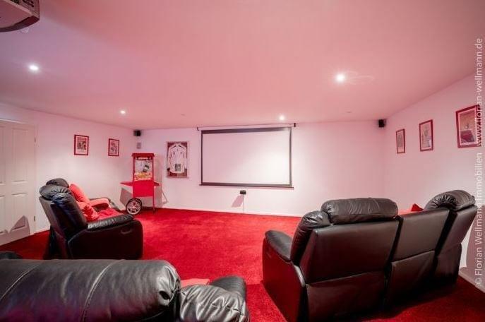 <p>Auch ein Kinozimmer gibt es in der Villa im Hamburger Stadtteil Niendorf.</p> Foto: Screenshot Immonet