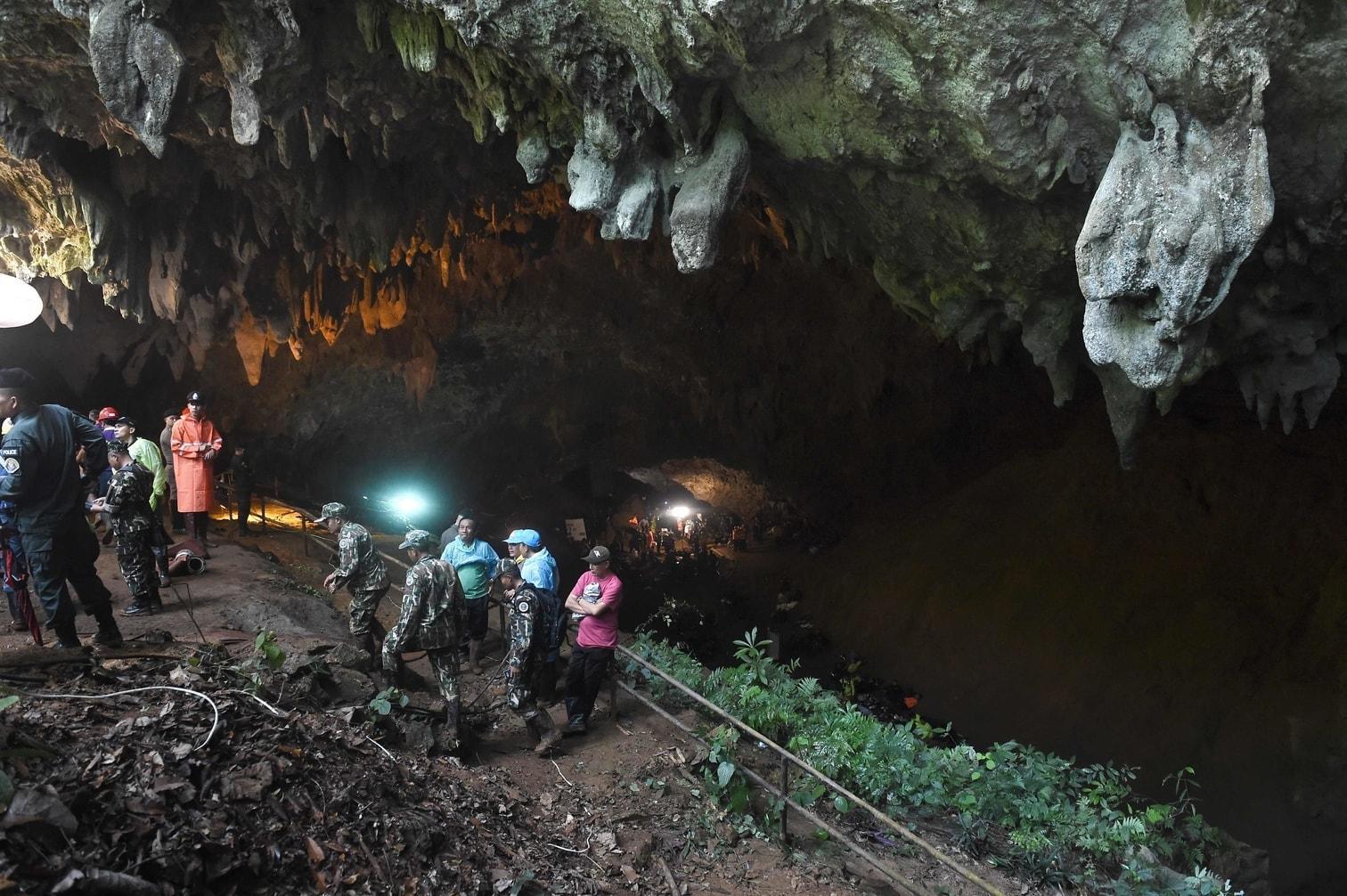die seit Samstag in der teilweise überfluteten Höhle vermutet werden.