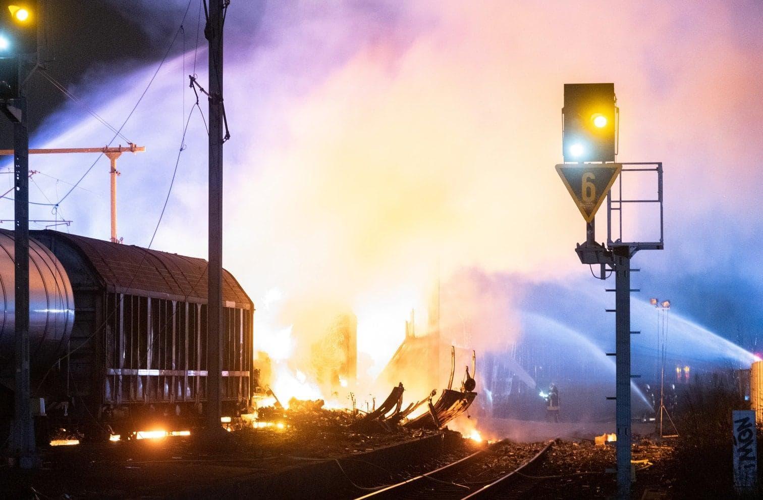 immer wieder seien Spraydosen explodiert und durch die Luft geflogen.</p> Foto: dpa/Frank Homann