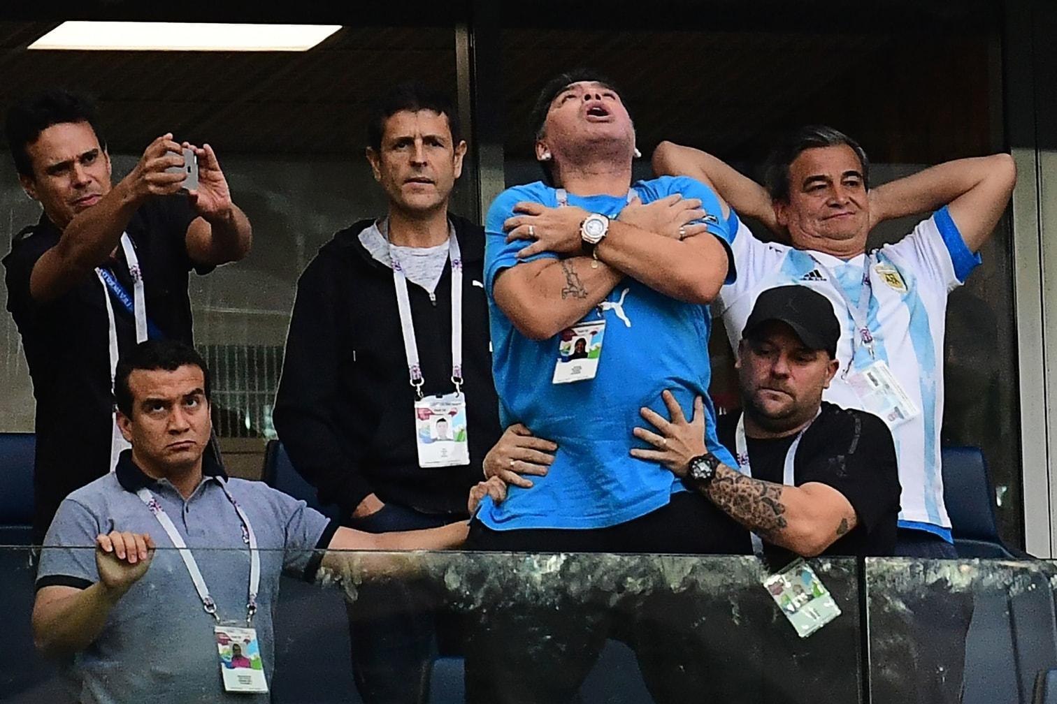 <p>Vier Minuten nur trennten Vize-Weltmeister Argentinien und Superstar Lionel Messi bei der WM 2018 vom peinlichen Vorrunden-Aus. Ein später Treffer bedeutete doch noch das Weiterkommen. Einer litt besonders: die argentinische Ikone Diego Maradona. Vor allem sein Auftritt gegen Nigeria bereitet Fans aus aller Welt nun Sorgen.</p> Foto: AFP