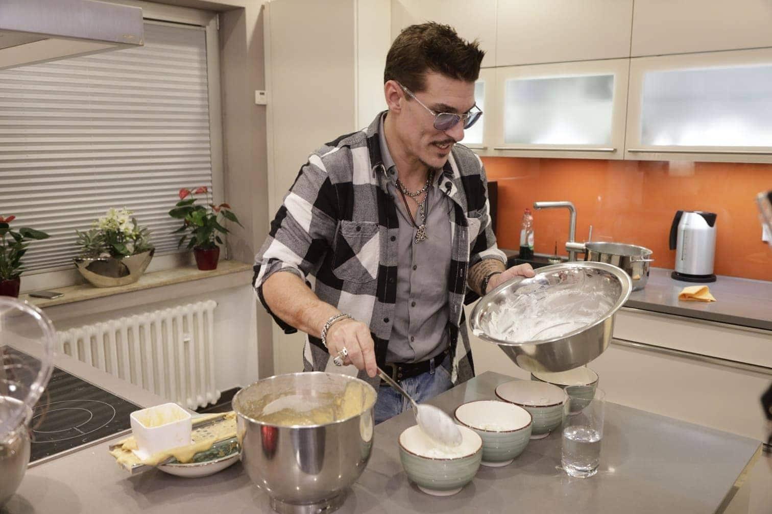 """<p><span class=""""langtext"""">An Tag 3 kocht <strong>Sandra Kiriasis</strong>:<br />Vorspeise: Reiswaffeltürmchen mit roter Bete und Lachsmus an Salat<br />Hauptspeise: Jambalaya Hähnchenschenkel mit Spicy Bohnenmus und Indian Summerreis und gerösteten Pistazienkernen<br />Nachspeise: Milchreis mit marinierten roten Früchten und Eierschecke</span></p> Foto: TVNOW/Dirk Born"""