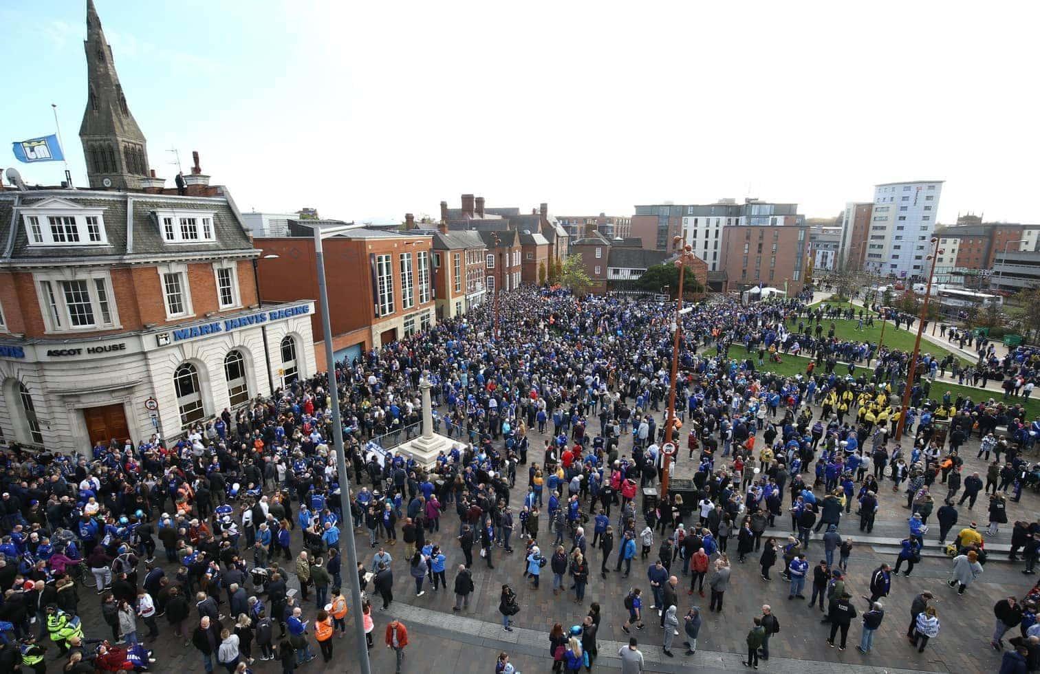 <p>Vor der Partie gegen den FC Burnley (0:0) nahmen bei strömendem Regen Tausende an einem Trauermarsch von der Innenstadt Leicesters zum King Power Stadion teil.</p> Foto: Joe Giddens/dpa