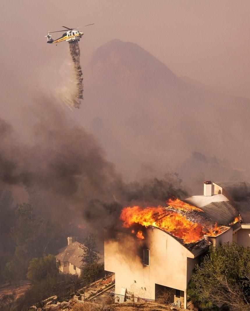 breiteten sich die Brände durch auffrischende Winde extrem schnell aus. In der Nähe fraß das Feuer Flächen von der Größe von sechs Fußballfeldern in nur einer Minute.</p> Foto: dpa/Ringo H.W. Chiu