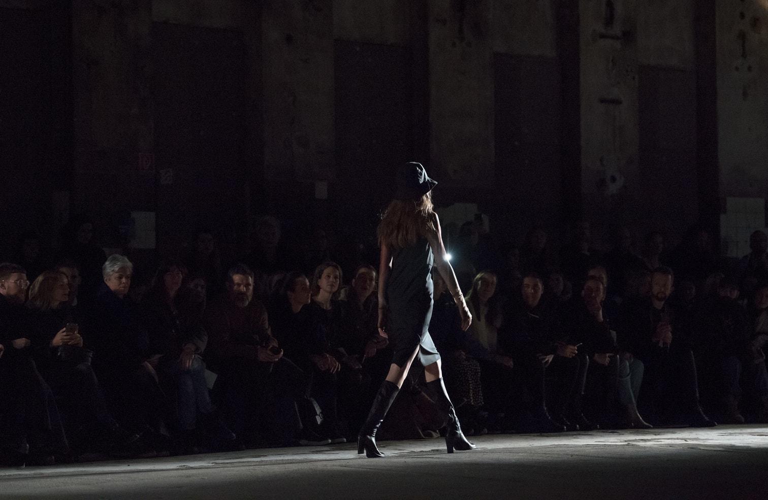 <p>Bei Riani lief auch die diesjährige &bdquo;Germany's Next Topmodel&ldquo;-Gewinnerin Toni Dreher-Adenuga über den Laufsteg. Sie präsentierte beispielsweise ein riesiges Plastik-Cappy