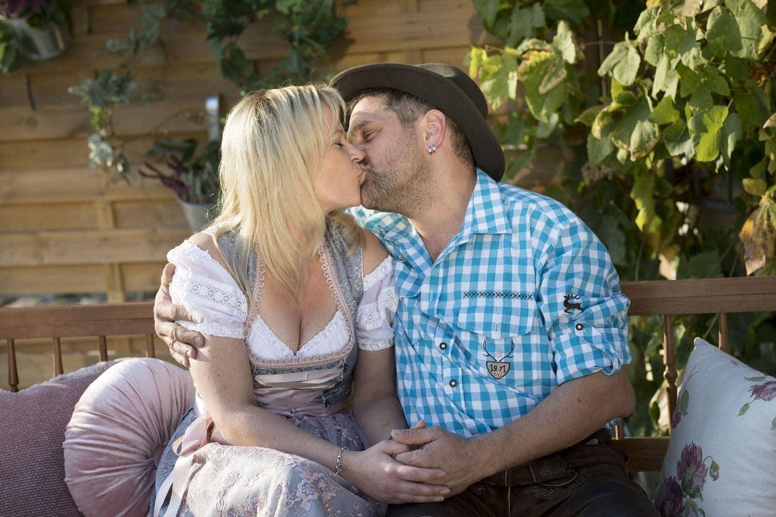 <p>Danielle und Rinderzüchter Christian erklären Inka Bause