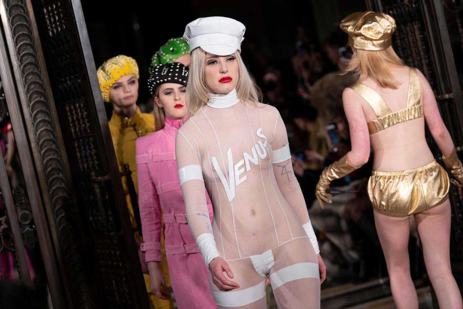 <p>Ist das noch Mode oder kann das weg? Designerin Pam Hogg schickte ihre Models in eher gewagten Outfits über die Laufstege der London Fashion Week.</p> Foto: AFP/Niklas Hallen