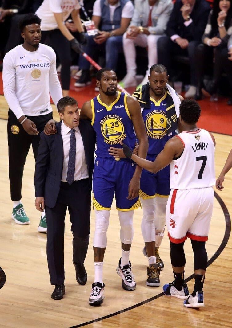 ob die Sehne gerissen ist. Dies würde für Durant eine monatelange Pause bedeuten. Foto: Gregory Shamus/AFP