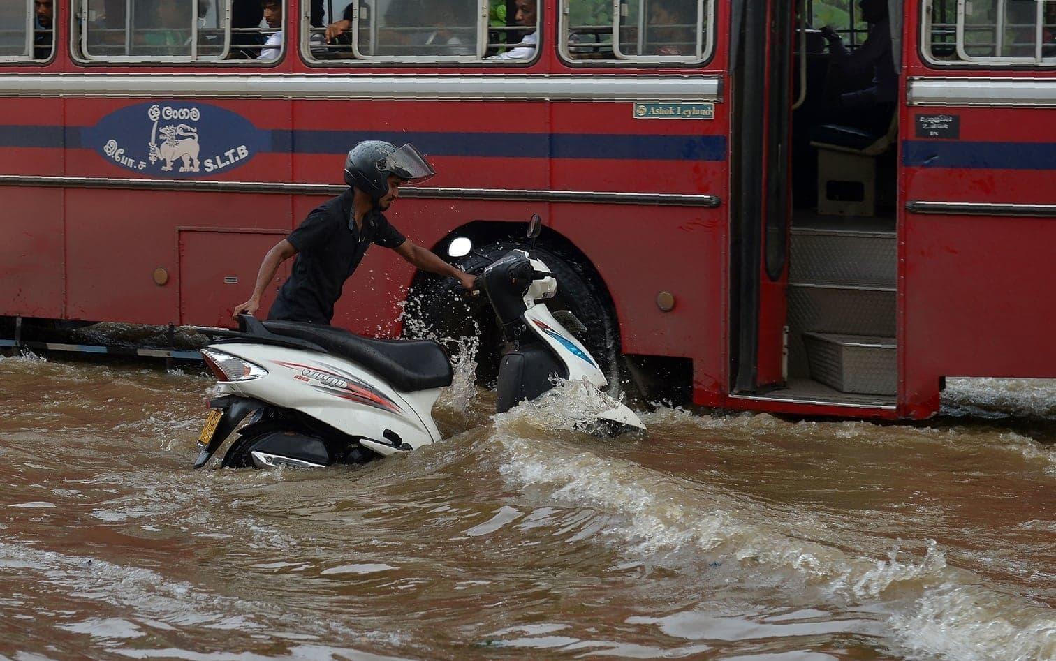 <p>Sri Lanka erlebt jedes Jahr zwei Monsunzeiten - eine davon beginnt im Mai. Im übrigen Südasien dauert die stürmische Jahreszeit in der Regel von Juni bis September. Im Mai vergangenen Jahres kamen in Sri Lanka mehr als 200 Menschen bei Erdrutschen und Überschwemmungen ums Leben.</p> Foto: dpa