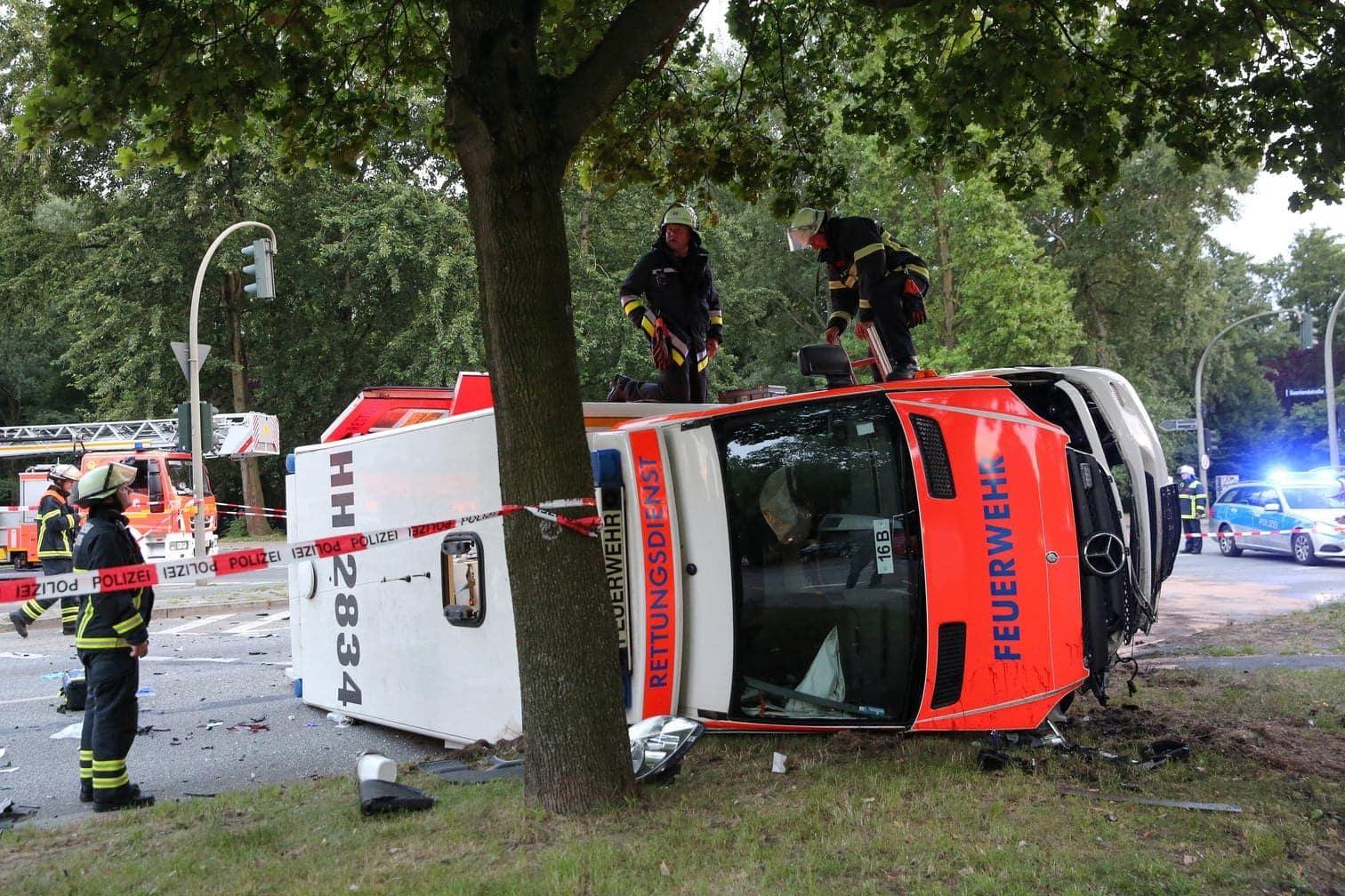 <p>In Hamburg ist ein mit Blaulicht fahrender Rettungswagen mit einer Schwangeren auf dem Weg zur Entbindung von einem Pkw gerammt worden und umgekippt.</p> Foto: dpa