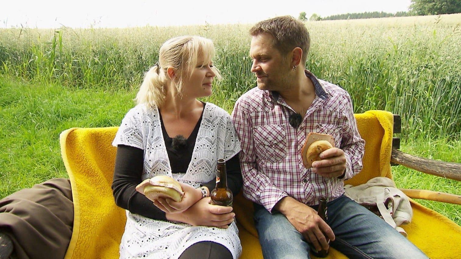 <p>Bei Leberkäs-Semmeln und Bier gestehen sich die beiden ihre Liebe und planen eine gemeinsame Zukunft.</p> Foto: MG RTL D