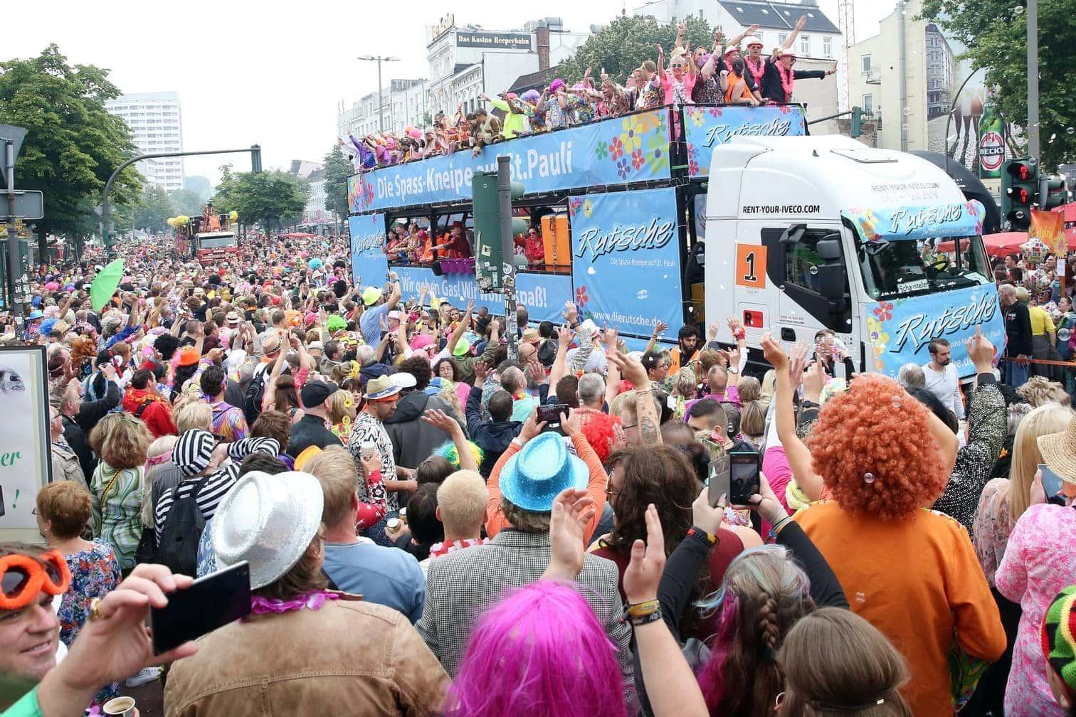 großen Sonnenbrillen und Schlaghosen haben zumeist jüngere Fans 46 Trucks mit aufgebauten Musikanlagen zugejubelt