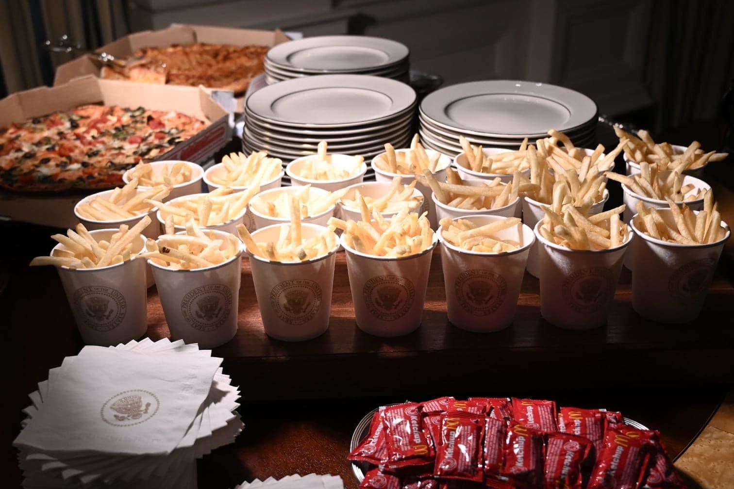 Pizza und Fritten bewirtet - und das wegen des teilweisen Shutdowns auch im Weißen Haus auf eigene Kosten.</p> Foto: Susan Walsh/dpa