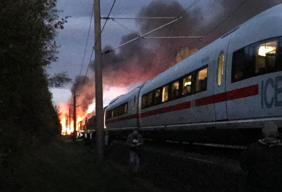 <p>Der Brand in einem Schnellzug zwischen Frankfurt und Köln geht glimpflich aus. Die Aufräumarbeiten sind in vollem Gang. Doch die Suche nach der genauen Ursache könnte sich noch länger hinziehen. Auch die Streckensperrung gilt noch für einige Zeit.</p> Foto: dpa/Ute Lange