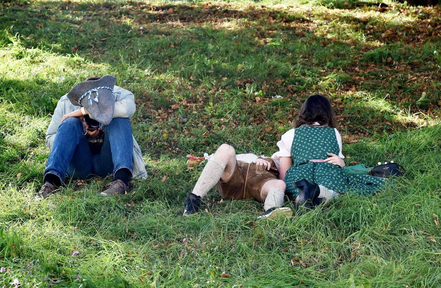 <p>Keine untypische Szene: Alkoholprobleme am Hang.</p> Foto: dpa