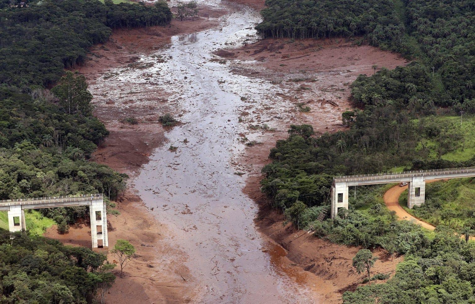 <p>Wegen der Gefahr eines weiteren Dammbruchs mussten die Sucharbeiten vorübergehend unterbrochen werden.</p> Foto: dpa/Andre Penner
