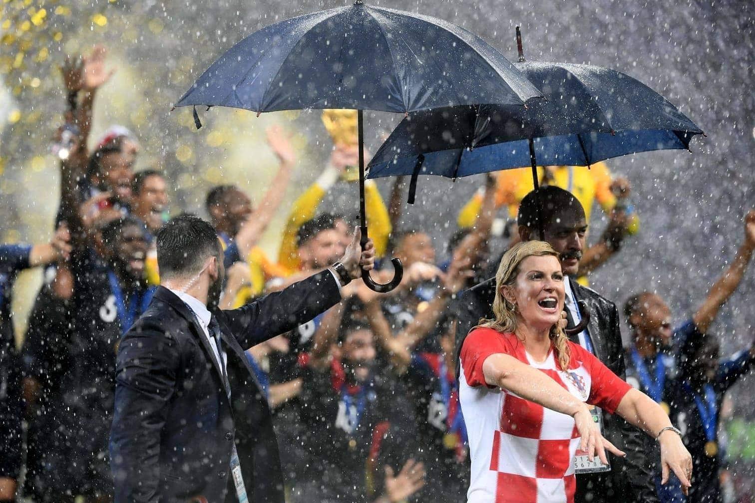 <p>Das Luschniki-Stadion war am Sonntagabend mit einigen Staats- und Regierungschefs gefüllt. Eine stahl beim WM-Finale zwischen Frankreich und Kroatien (4:2) allen die Show: Die charmante kroatische Staatspräsidentin Kolinda Grabar-Kitarovic.</p> Foto: AFP