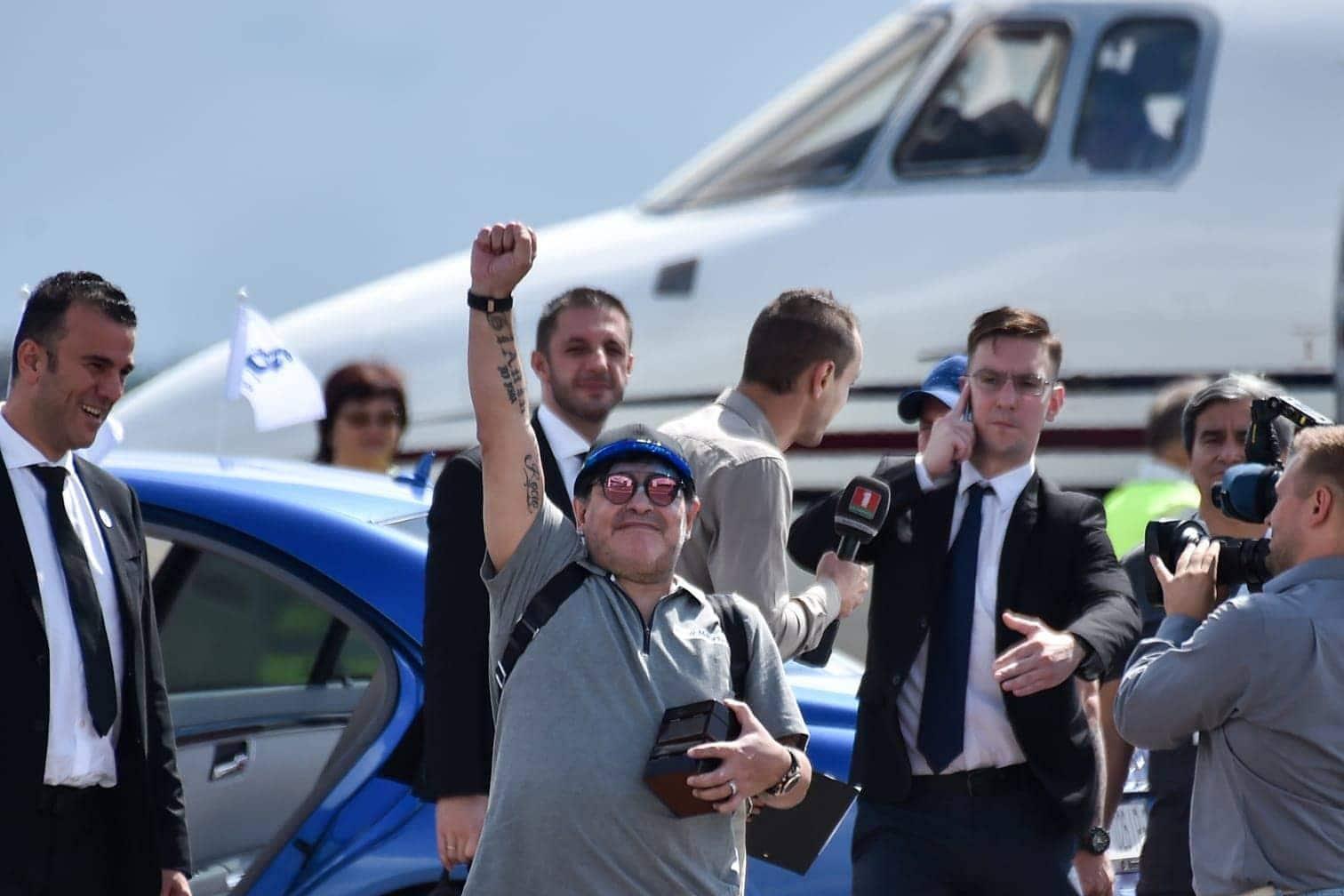 <p>War wohl alles gut. Maradona reckt die Faust in die Höhe.</p> Foto: AFP