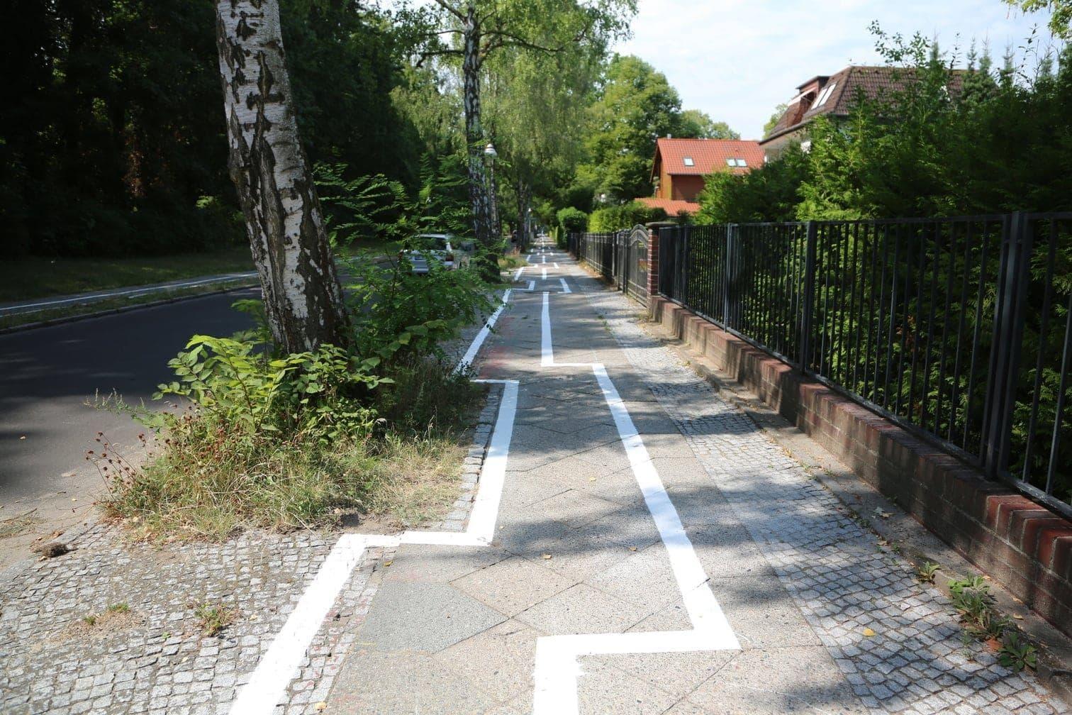 <p>Ist das Kunst oder soll man hier entlang fahren? Ein ungewöhnlicher Radweg ist in Berlins gutbürgerlichem Stadtteil Zehlendorf vielen Menschen ein Rätsel: Wer ihn benutzen will