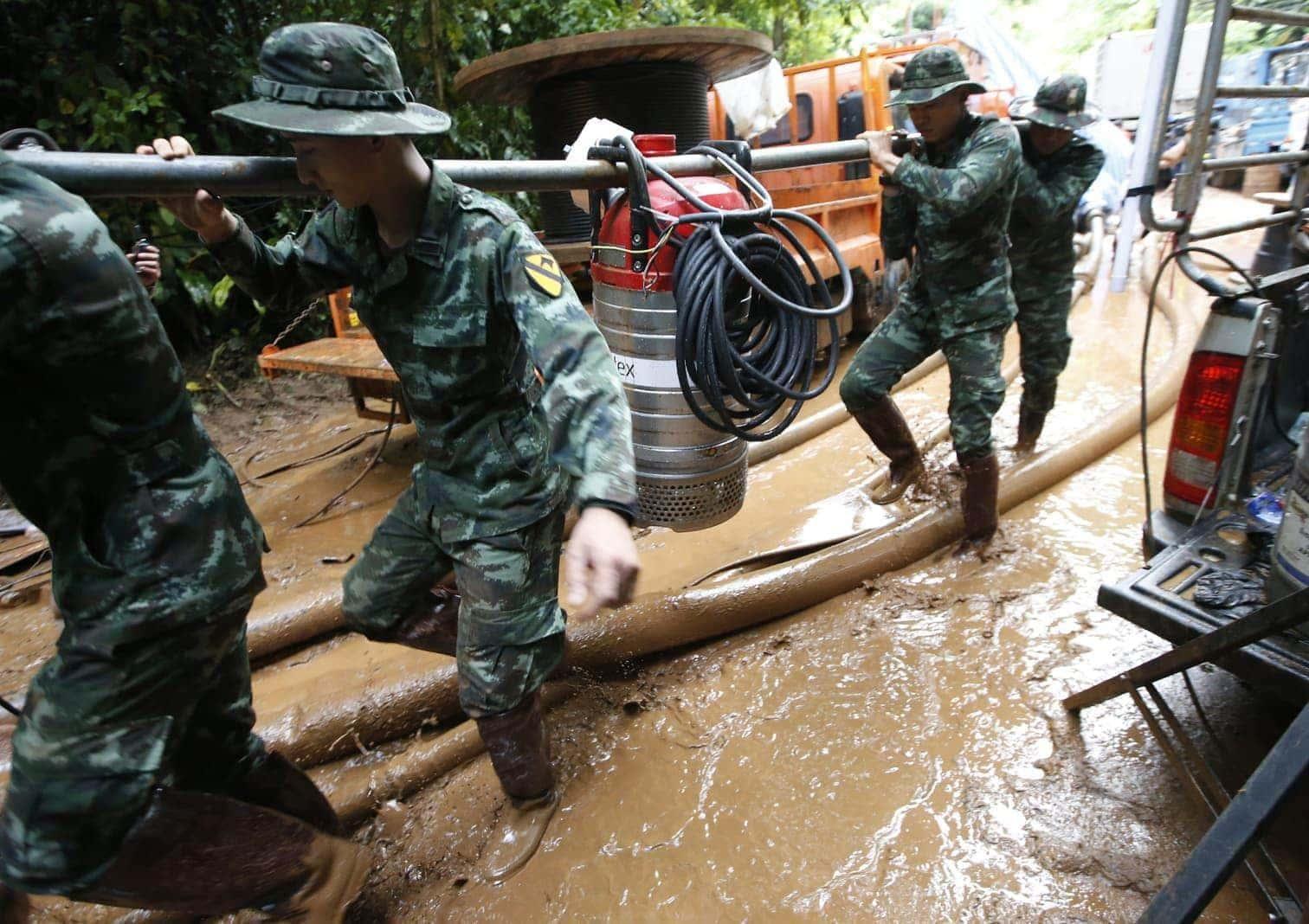 ein Seil in die überflutete Höhle in der Provinz Chiang Rai zu legen