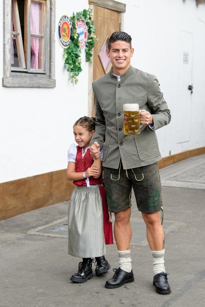 <p>Thomas Müller kam mit Frau Lisa.</p> Foto: dpa/Matthias Balk