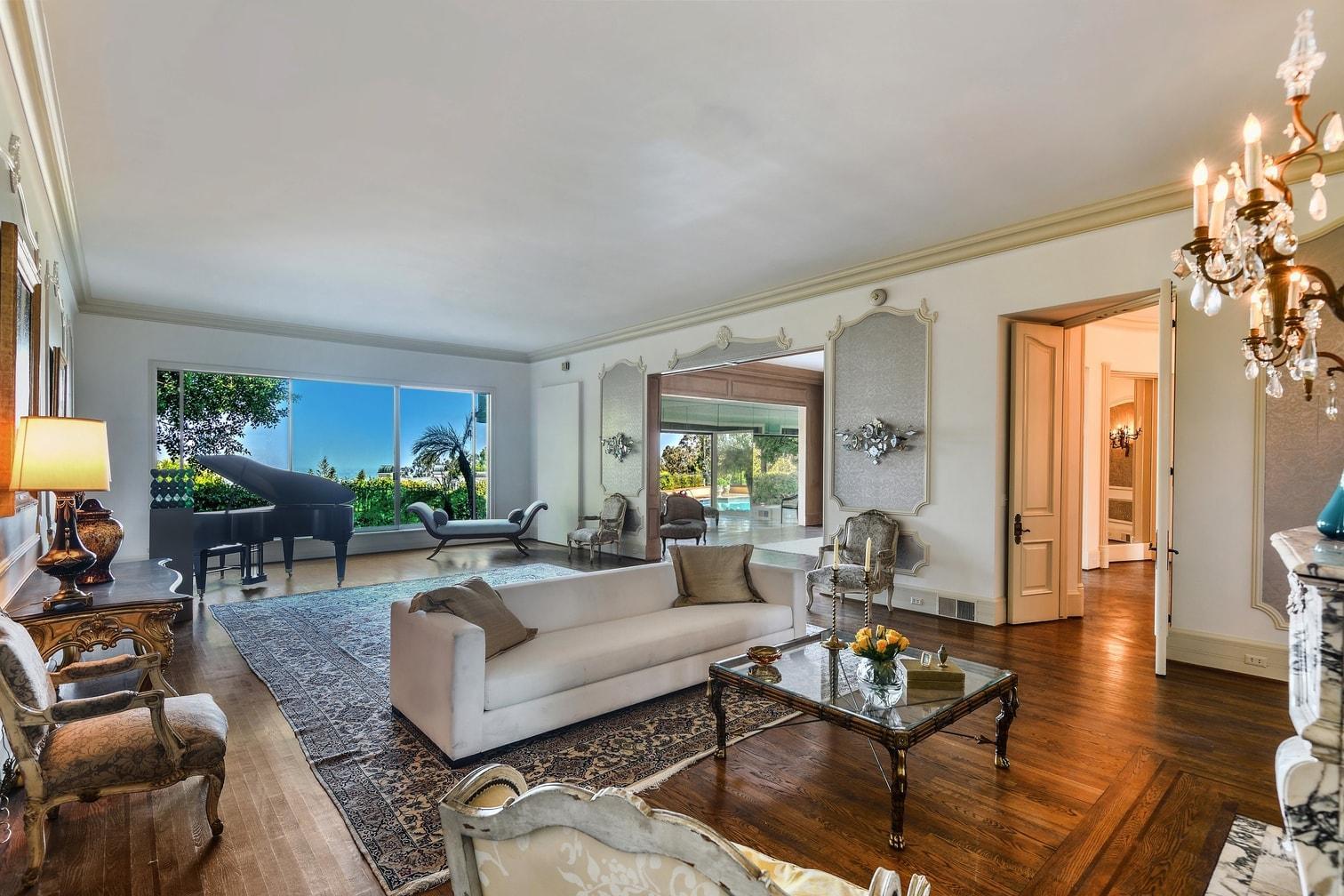 verschnörkelten Luxusvilla in dem Nobelviertel Bel Air empfing Zsa Zsa Gabor einst Stars wie Frank Sinatra und Elizabeth Taylor. Dort feierte die glamouröse Diva mit Studiobossen und Politikern. Ihr achter Ehemann