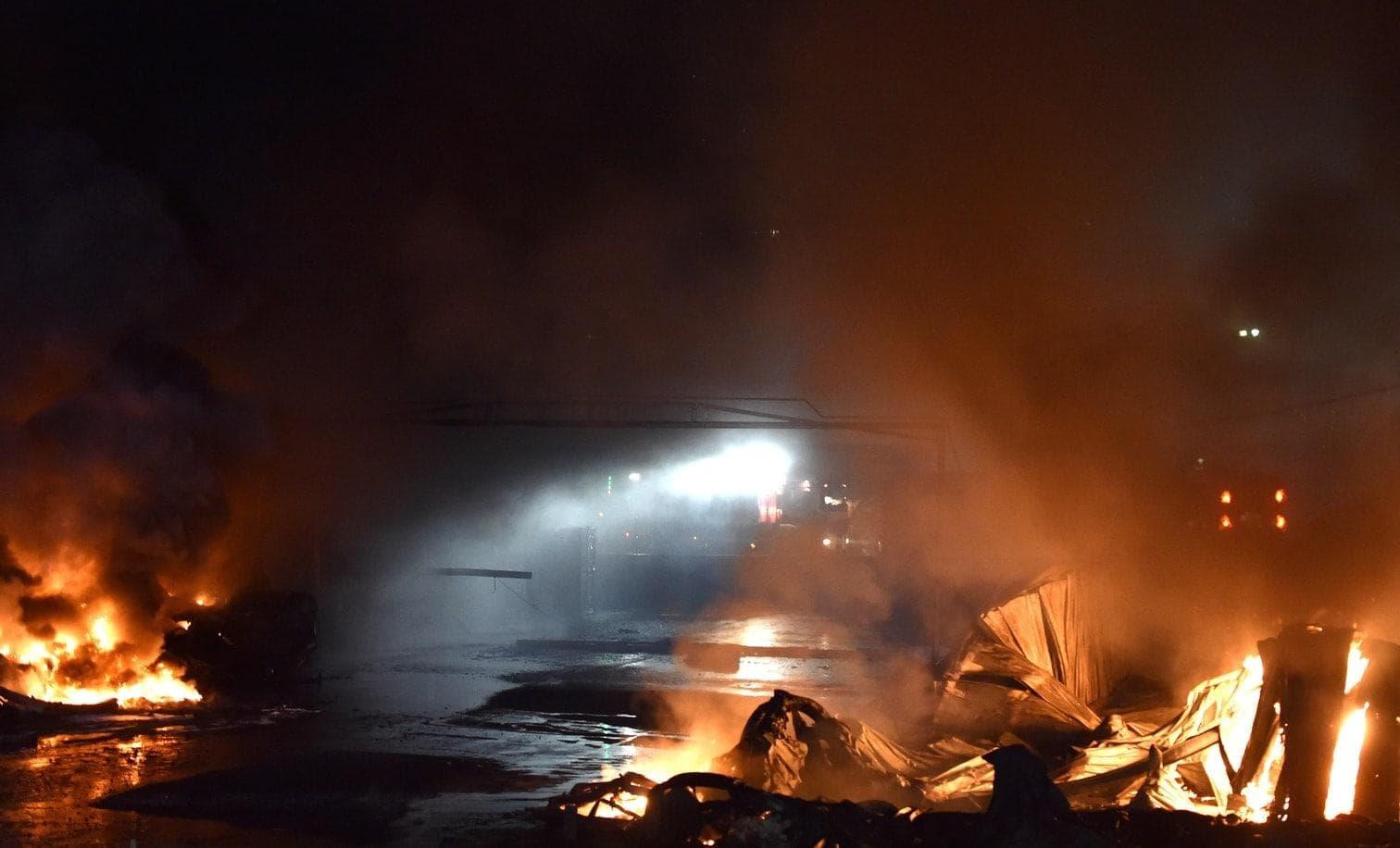 <p>Wegen eines Großbrands in einem Gewerbegebiet in Lippstadt bei Paderborn ist eine giftige Rauchwolke über der Stadt aufgestiegen.</p> Foto: dpa