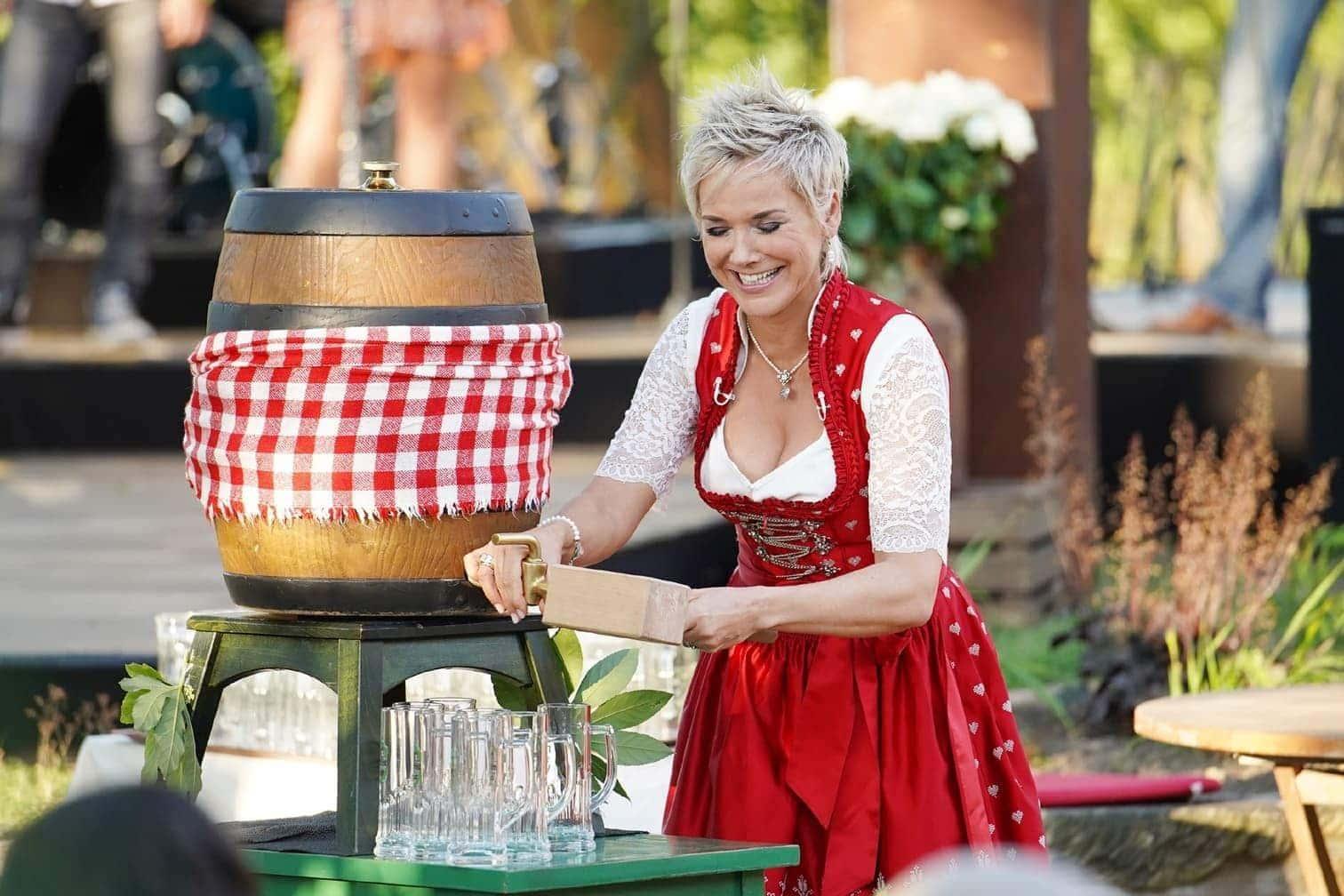 <p>Mit dem Fassanstich beginnt das Scheunenfest.</p> Foto: MG RTL D / Stefan Gregorowius