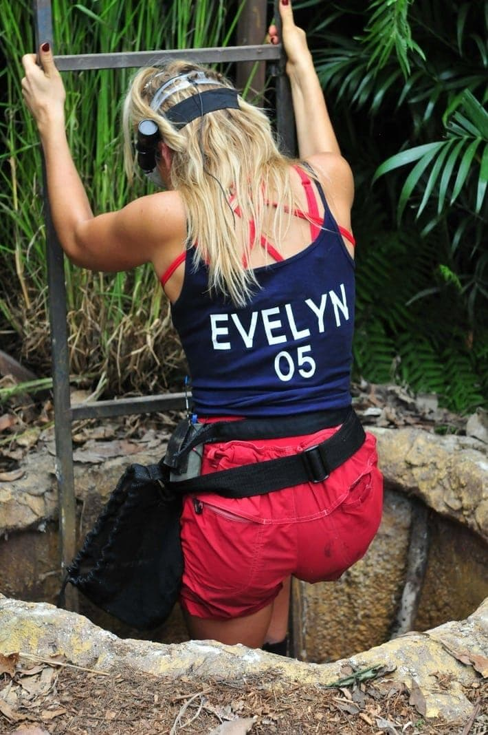 """<p>Voller Tatendrang kommen Evelyn und Bastian zur Prüfung. Sonja Zietlow zu Evelyn: """"Du bist ja die erste gewählte Dschungelprüfungs-Jungfrau. Und du hast dir mitgenommen&hellip;"""" Evelyn: """"Superman!"""" Daniel Hartwich zum """"M"""" auf dem Shirt von Bastian: """"Mupermann?"""" Bastian: """"Das M steht für Maria"""