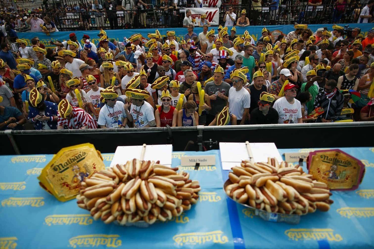 der in derselben Zeit immerhin 63 Hotdogs verschlang.</p> Foto: AFP