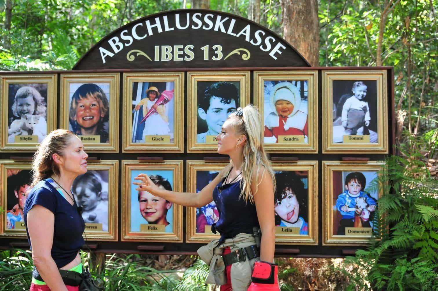 """<p>An einem Baum hängt eine Nachricht mit folgender Aufgabe: """"Willkommen in der Dschungel-Galerie! Findet in den Spinden die Namen der Dschungel-Stars und ordnet sie den passenden Kinderbildern zu.""""</p> Foto: TV NOW / Stefan Menne"""