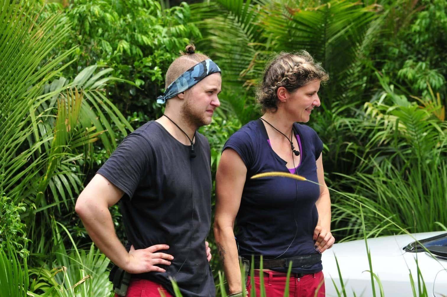 <p>Eine fette weiße Cabrio-Stretch-Limo hat für Sandra und Felix im Dschungel vor einer Waschstraße geparkt.</p> Foto: TV NOW / Stefan Menne