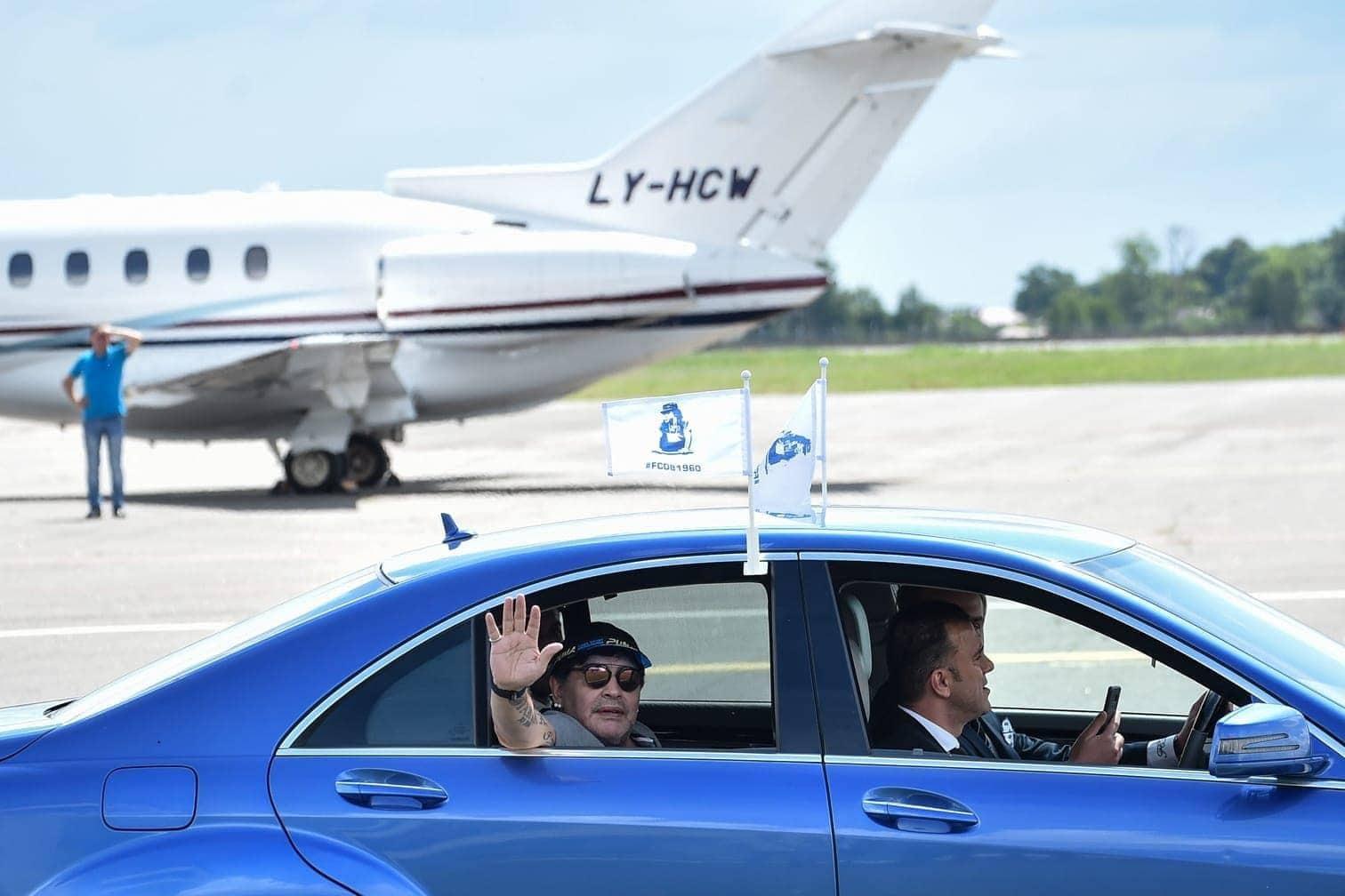 <p>Abfahrt vom Flughafen: Maradona winkt aus der Limousine.</p> Foto: AFP