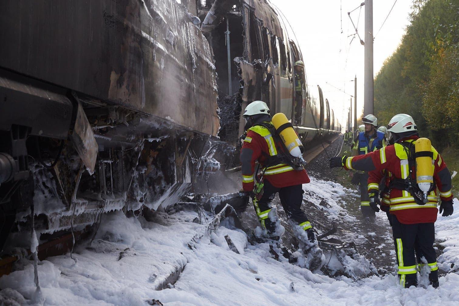 <p>Das Feuer war bei Dierdorf in der Nähe von Neuwied in Rheinland-Pfalz ausgebrochen. 510 Passagiere wurden aus dem stehenden Zug gebracht.</p> Foto: dpa/Thomas Frey