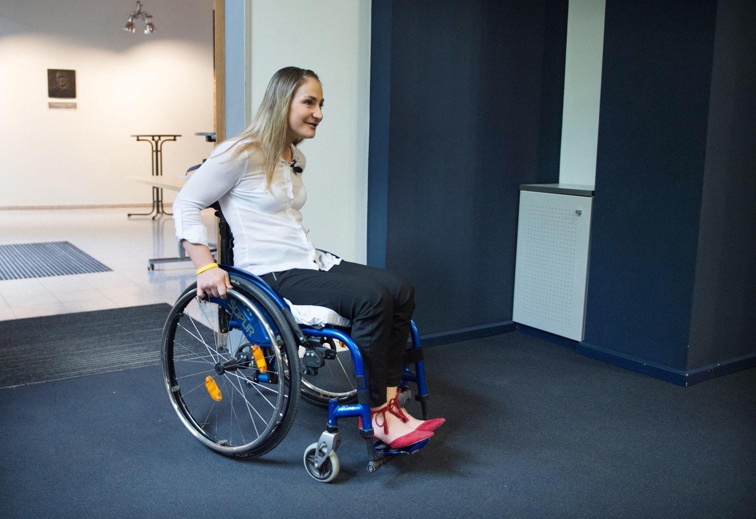 <p>Die querschnittsgelähmte Radsport-Olympiasiegerin Kristina Vogel hat sich bei ihrem ersten öffentlichen Auftritt nach ihrem schlimmen Unfall von der Anteilnahme an ihrem Schicksal überwältigt gezeigt.</p> Foto: dpa