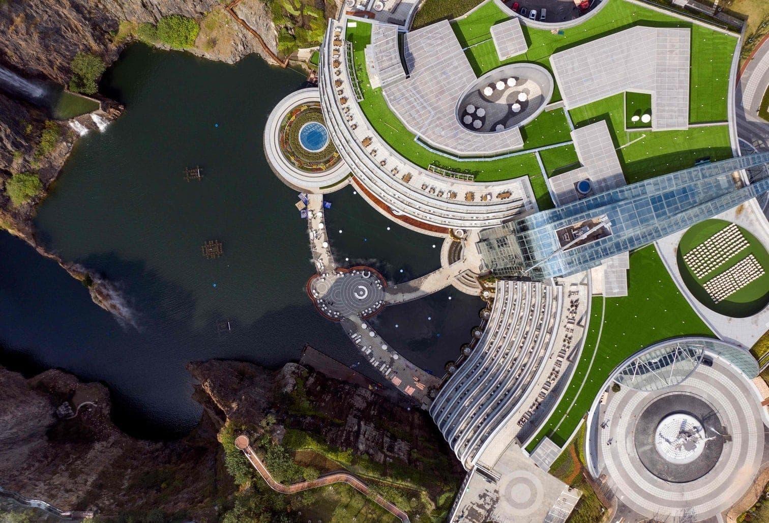<p>Unesco-Vertreter Michael Croft würdigte das Projekt als Vorzeigemodell für nachhaltige Entwicklung.</p> Foto: AFP/Johannes Eisele