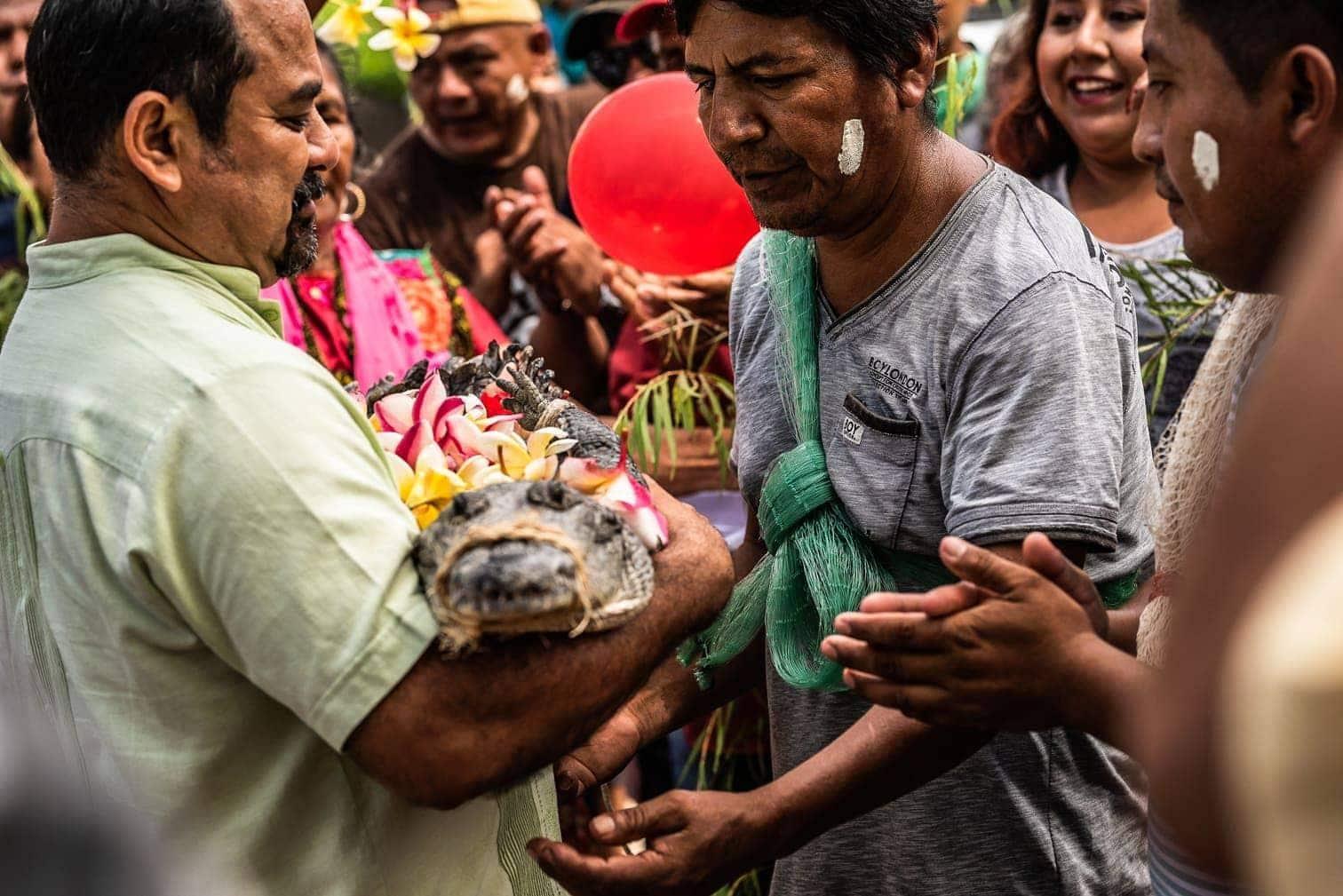 <p>Die Hochzeit soll den Bewohnern zum Beispiel einen guten Fischfang einbringen.</p> Foto: dpa