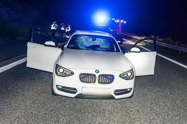 <p><span>Zersplittert hängt die Windschutzscheibe eines BMWs nach der Kollision mit einem großen Stein im Rahmen.<br /></span></p> Foto: dpa
