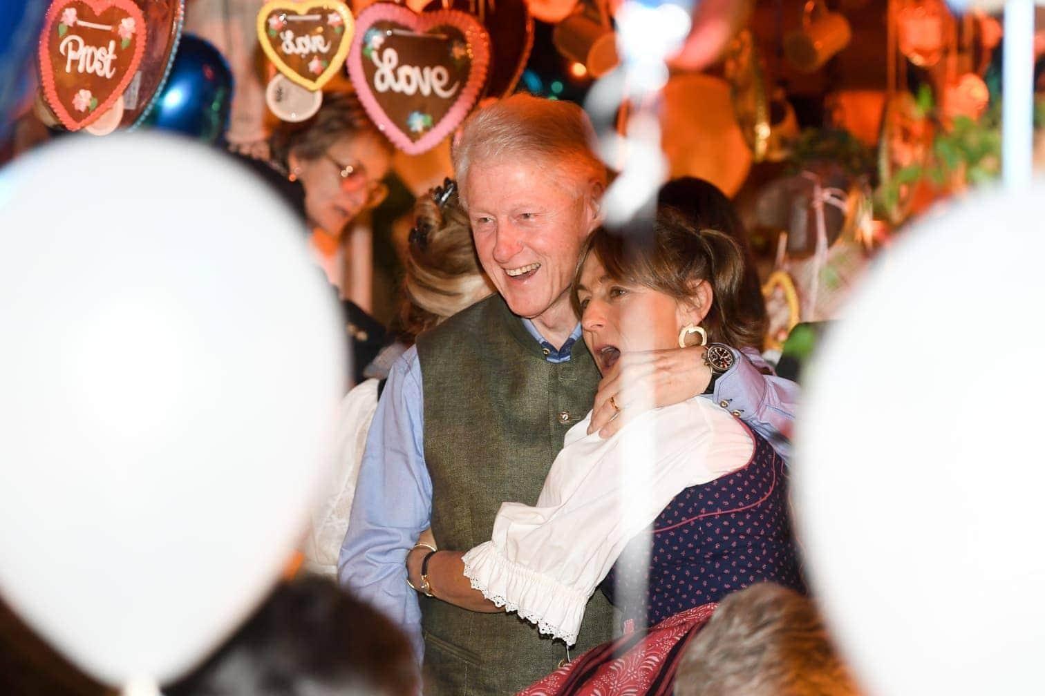 <p>Die Ex-Präsidentschaftskandidatin und der frühere US-Präsident kamen am Freitagabend - begleitet von großem Polizeiaufgebot - in das bei Promis traditionell beliebte Käfer-Zelt.</p> Foto: dpa/Tobias Hase