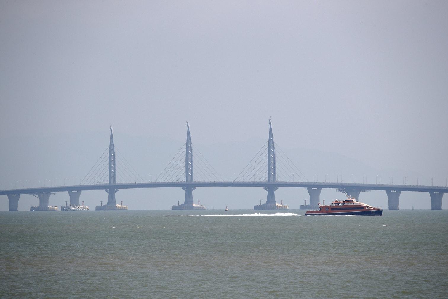 welches das Delta des Perlflusses überspannt und die beiden Sonderverwaltungszonen Macau und Hongkong verbindet.</p> Foto: dpa/Vincent Yu